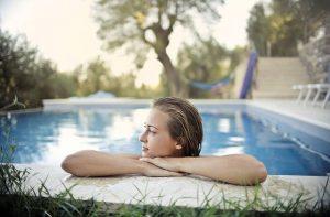 Integrar una piscina en un jardín floreado